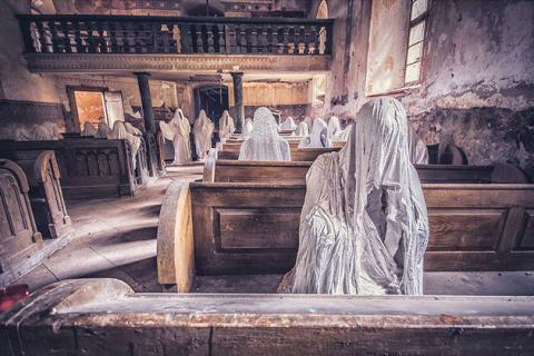 Photographer Takes Haunting Photos of Beautiful Abandoned Places (PHOTO)