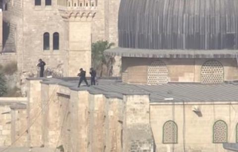 Israeli police storm Al-Aqsa mosque for a third day (VIDEO)