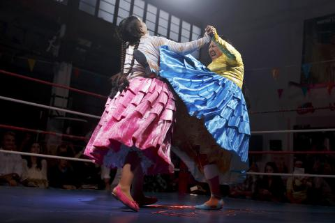 Bolivian Cholitas wrestling (PHOTO)