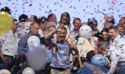 Argentina shifts to the right after Mauricio Macri wins presidential runoff