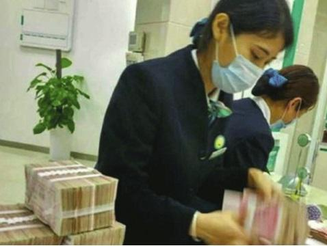 A Chinese man opened a bank account with so much moldy cash that after 7 hours the counting machines broke