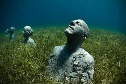 Jason deCaires Taylor creates underwater sculpture gardens (PHOTO)