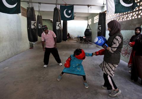 Pakistan's first women's boxing club: Girls train and fight in Karachi (PHOTO)