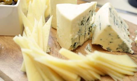 Cheese affects the brain the same way opioids do (VIDEO)