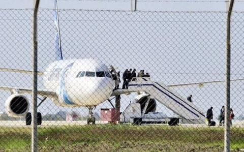 EgyptAir hijacker surrenders