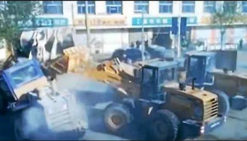 Angry Chinese construction workers duel with bulldozers (VIDEO)