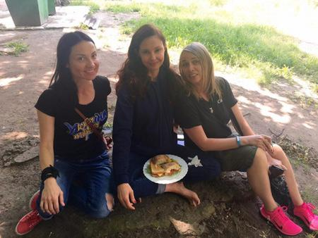 Ashley Judd visiting war-torn eastern Ukraine