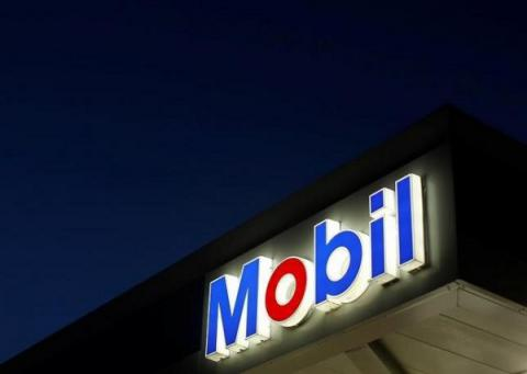 Climate change takes center stage at Exxon, Chevron annual meetings