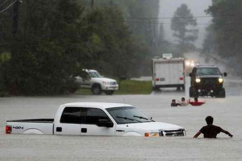At least 6 dead, 2 missing after floods in Texas, Kansas (VIDEO)