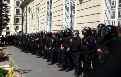 Clashes in city hall of Lviv, western Ukraine: protesters demand resignation of mayor (VIDEO)