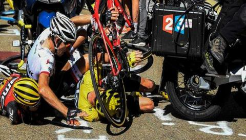Tour de France leader crashes into motorcycle, runs to finish without bike (VIDEO, PHOTO)