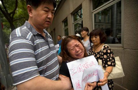 Chinese relatives of missing MH370 passengers call to continue search