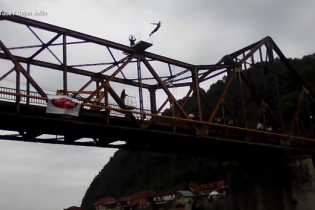 Ekstremal dead on the air  after jumping into the river from a 20-meter-high in Bosnia (VIDEO)