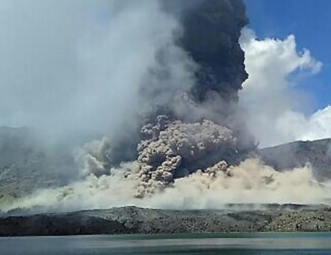 3 Indonesian volcanoes erupt (VIDEO)