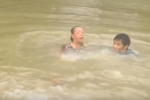 Rescuers pull woman, dog from car just as it sinks in floodwaters (VIDEO)