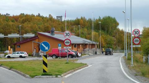 Norway puts up steel fence at Arctic border with Russia