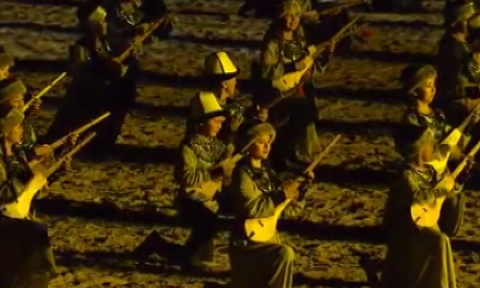Fascinating world record: 1,000 Kyrgyz musicians play komuz at World Nomad Games (VIDEO)