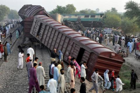 At least 6 killed, 150 injured in Pakistan trains collision