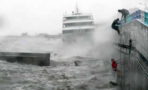 Typhoon Chaba hits South Korea (VIDEO)