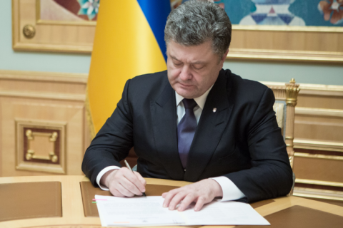 Poroshenko signed law to extend the moratorium on land sales