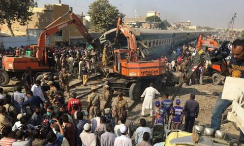 17 dead, 50 injured after two passenger trains collided in Pakistan (VIDEO)