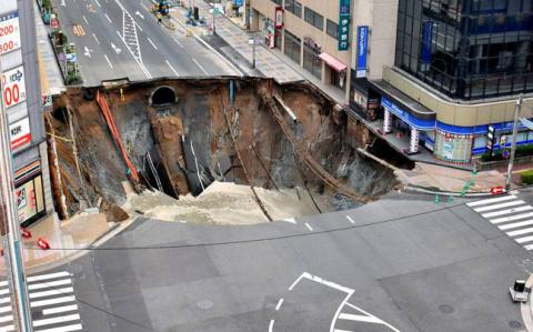 Massive road collapse in Japan causes blackout & disrupts traffic (VIDEO)
