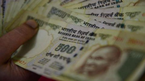 India scraps 500 and 1,000 rupee banknotes