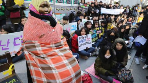 South Koreans sleep in Seoul's street to protect 'comfort woman' statue at Japanese Embassy (VIDEO)