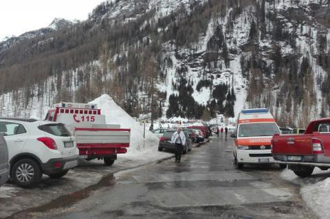 Eight people alive after massive Italy avalanche
