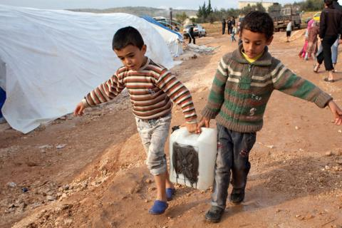 Syrians besieged by IS drink river water