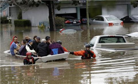California's San Jose flooded after heavy rains, hundreds evacuated (VIDEO)