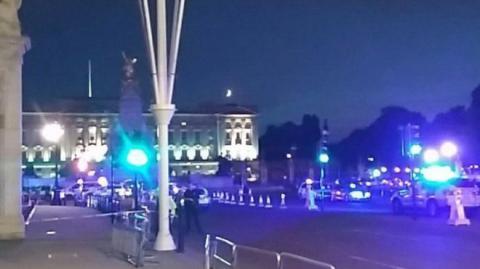 Police injured outside Buckingham Palace