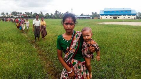Myanmar Rakhine: Thousands flee to Bangladesh border