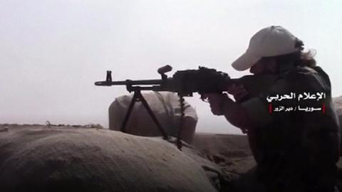 Syria war: Army breaks IS siege of Deir al-Zour